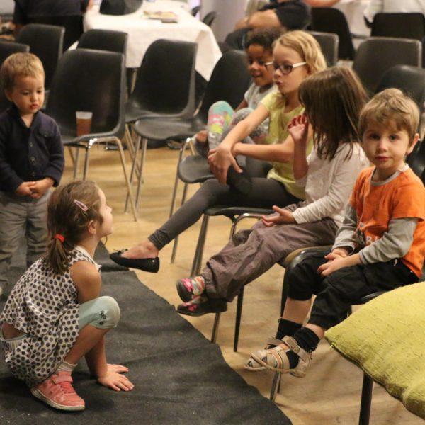 Les enfants attendent le spectacle avec impatience...