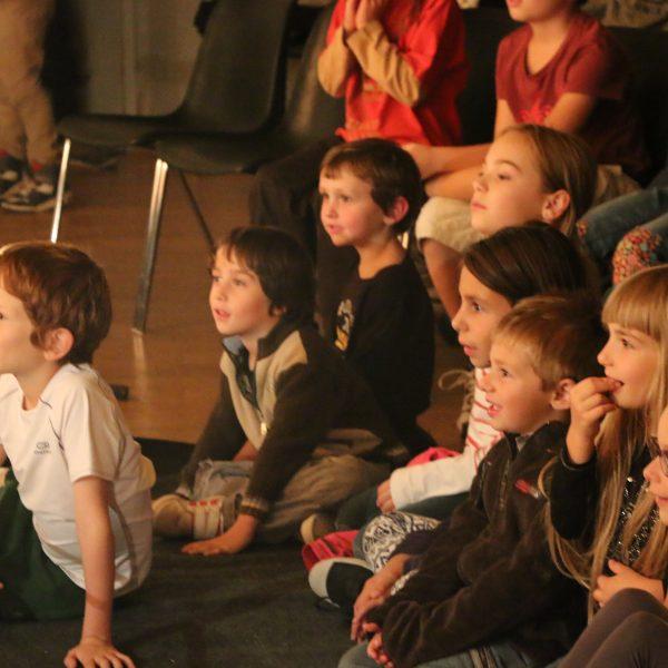 Des niveaux d'écoute pour tous : des plus jeunes au plus âgés. Un spectacle avec de nombreux niveaux de rires !