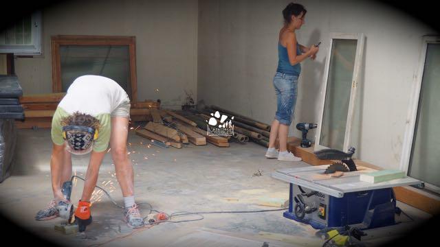 Marie-Laure et Thyfanie travaillant d'arrache pied pour que tout soit prêt dans les temps !