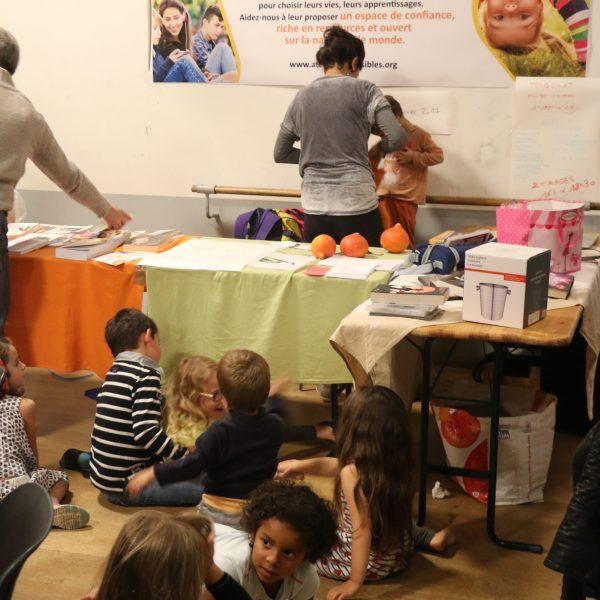 espace école avec des livres proposés, les rencontres à venir et la table avec les lots de la tombola !
