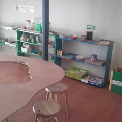salle avec table amusante et étagères remplies de montessori