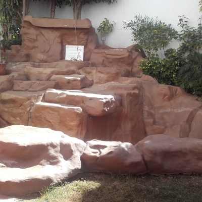ex-fontaine maintenant rocher d'escalade avec tapis